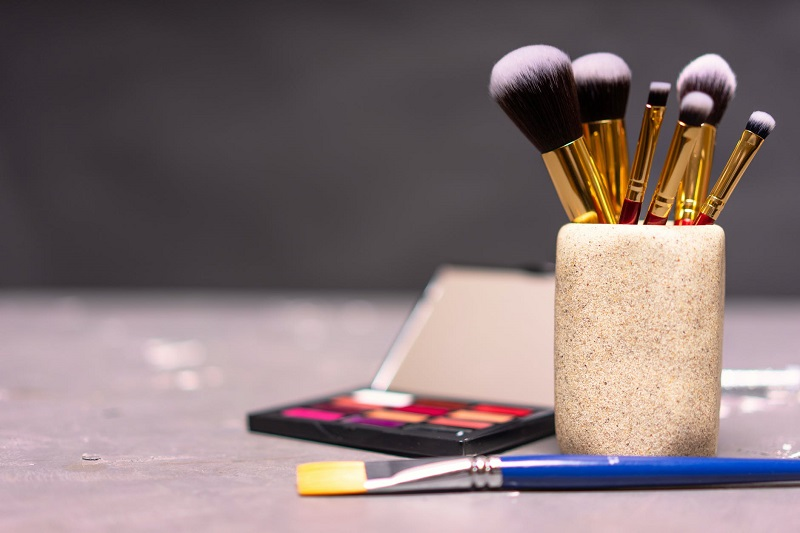 Vrei sa te machiezi ca o profesionista? Invata cum sa folosesti corect pensulele de machiaj!